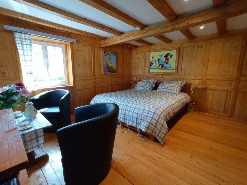 La Cigogne Dorée Chambre lit fauteuils